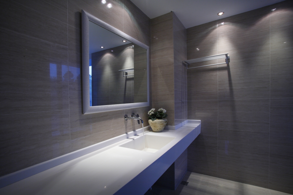卫生间采用玻璃隔断干湿分离的设计,试空间透亮不压抑,灰与白的结合显得格外内敛有个性。