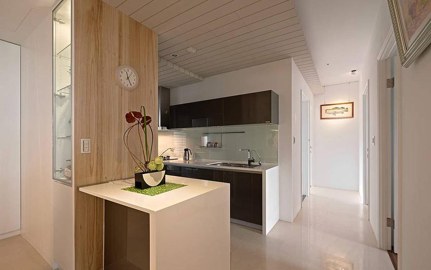 小巧吧台可作为备餐区及工作桌,以机能为导向,让居住者使用起来得心应手。