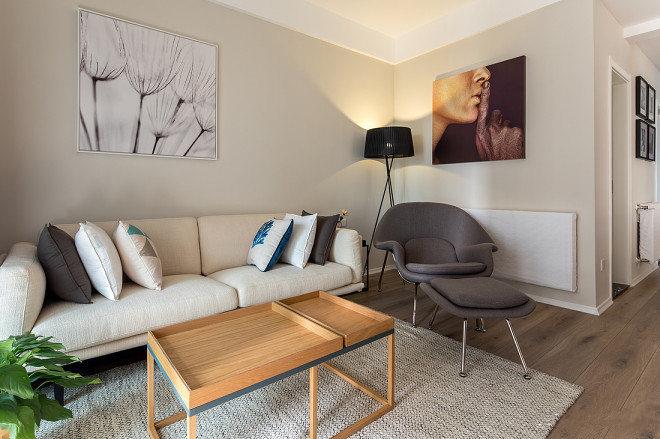 米白色的墙面搭以同色系的沙发。绿植给整个空间增添不少生气。挂画、地毯、抱枕等装饰性物件,充满新意。