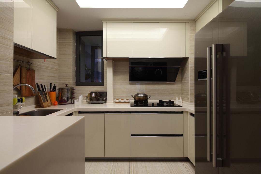 厨房做的简约干净,做了充足的收纳,方便女主更好的去哪置放