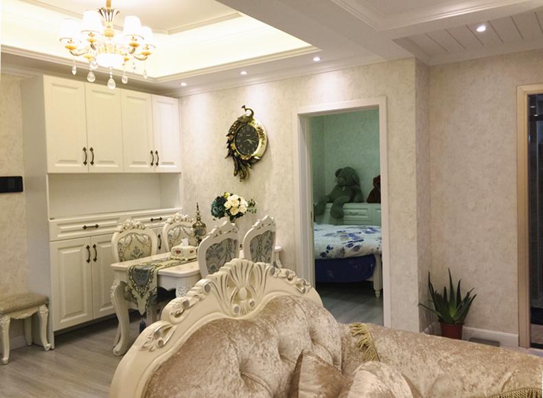 餐厅紧邻大门,乳白色的柜子既是餐具柜又可以充当酒柜,餐桌椅甚至桌布,挑选的都是华丽的欧美木质款式。