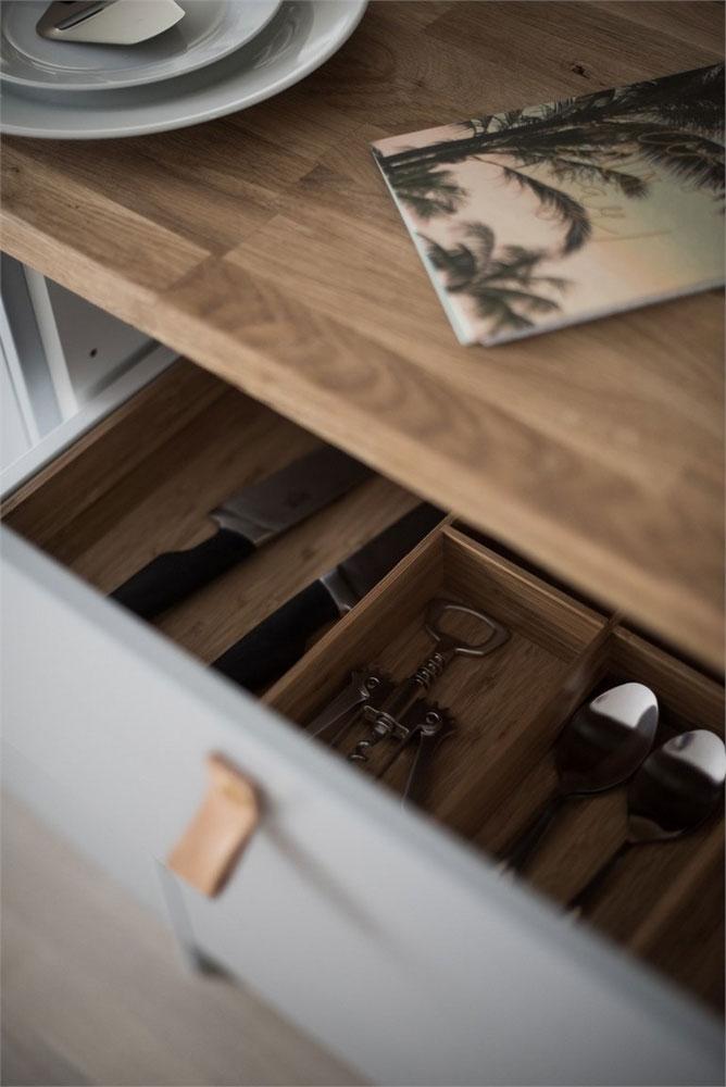 厨房餐区的橱柜都用小皮扣拉手。