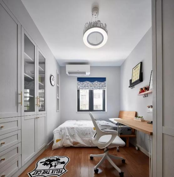 小孩房非常简洁,通过软装灵活的点缀出小男孩调皮活泼且带有梦想的空间。