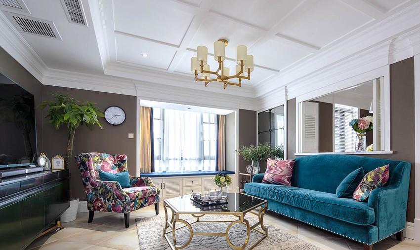 客厅沙发墙上方打通与餐厅的隔墙,使空间形成延伸感。