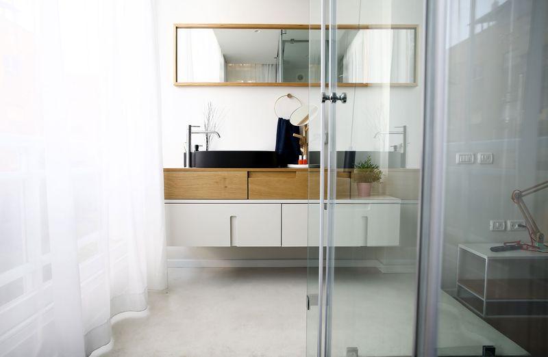 利用玻璃做到卫生间的干湿分区,浴室柜造型独特,收纳性很强。