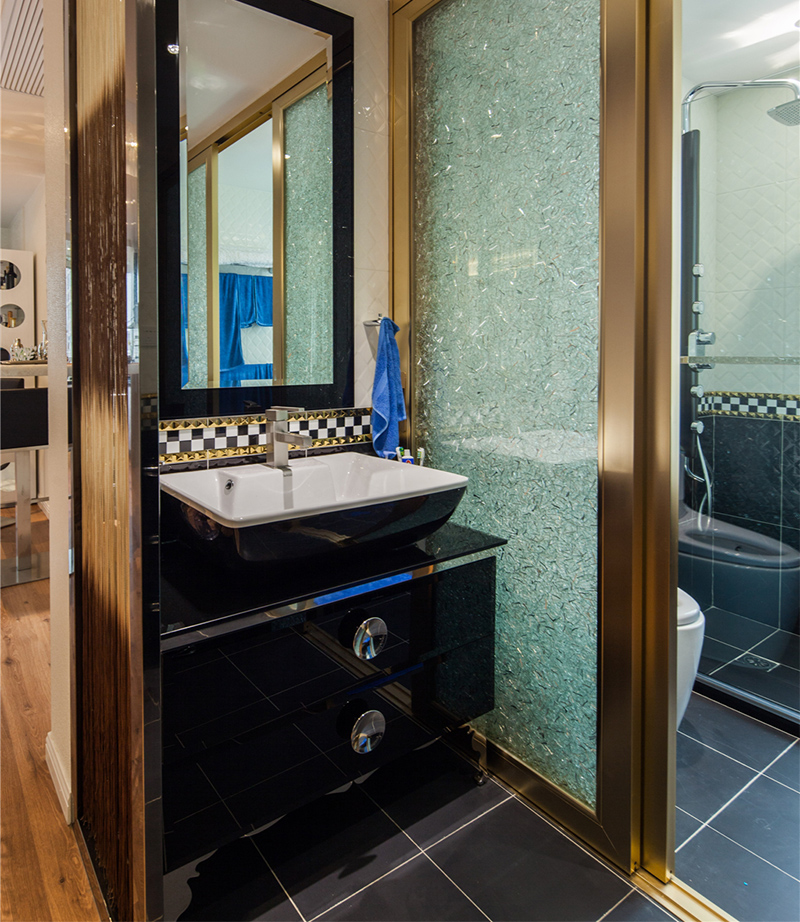 卫生间干湿分离,功能完善,古铜色金属移门呼应了居室的现代风情。