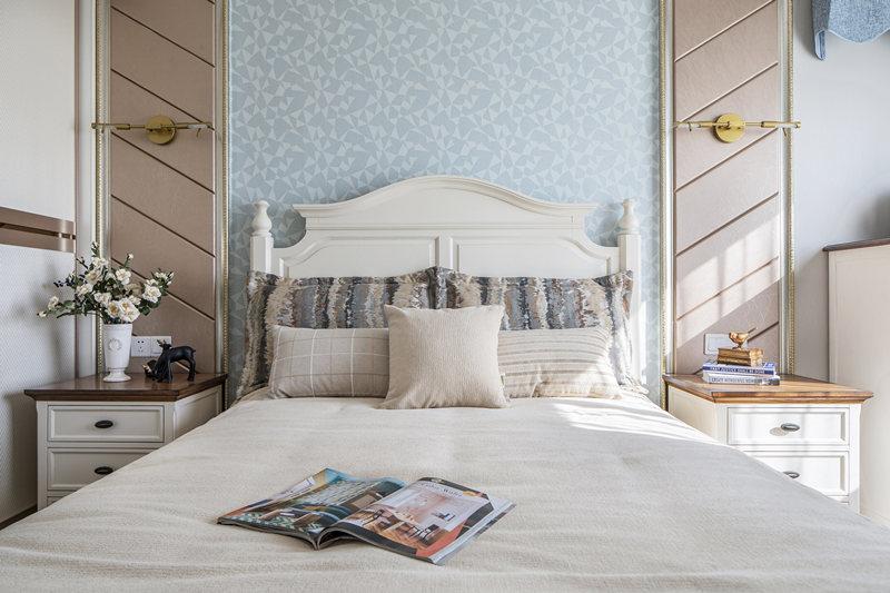 纯净感是次卧给人的第一感觉,清爽的色系为基调,白色的家具,蓝色系床品,组成了低调舒适的家。