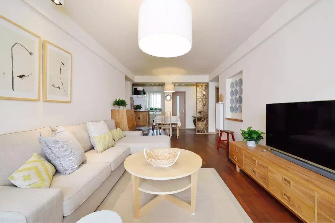 素雅的温馨氛围、实木简约的家具、清爽优雅的色调,为家人提供最简单最原始的家的感觉。