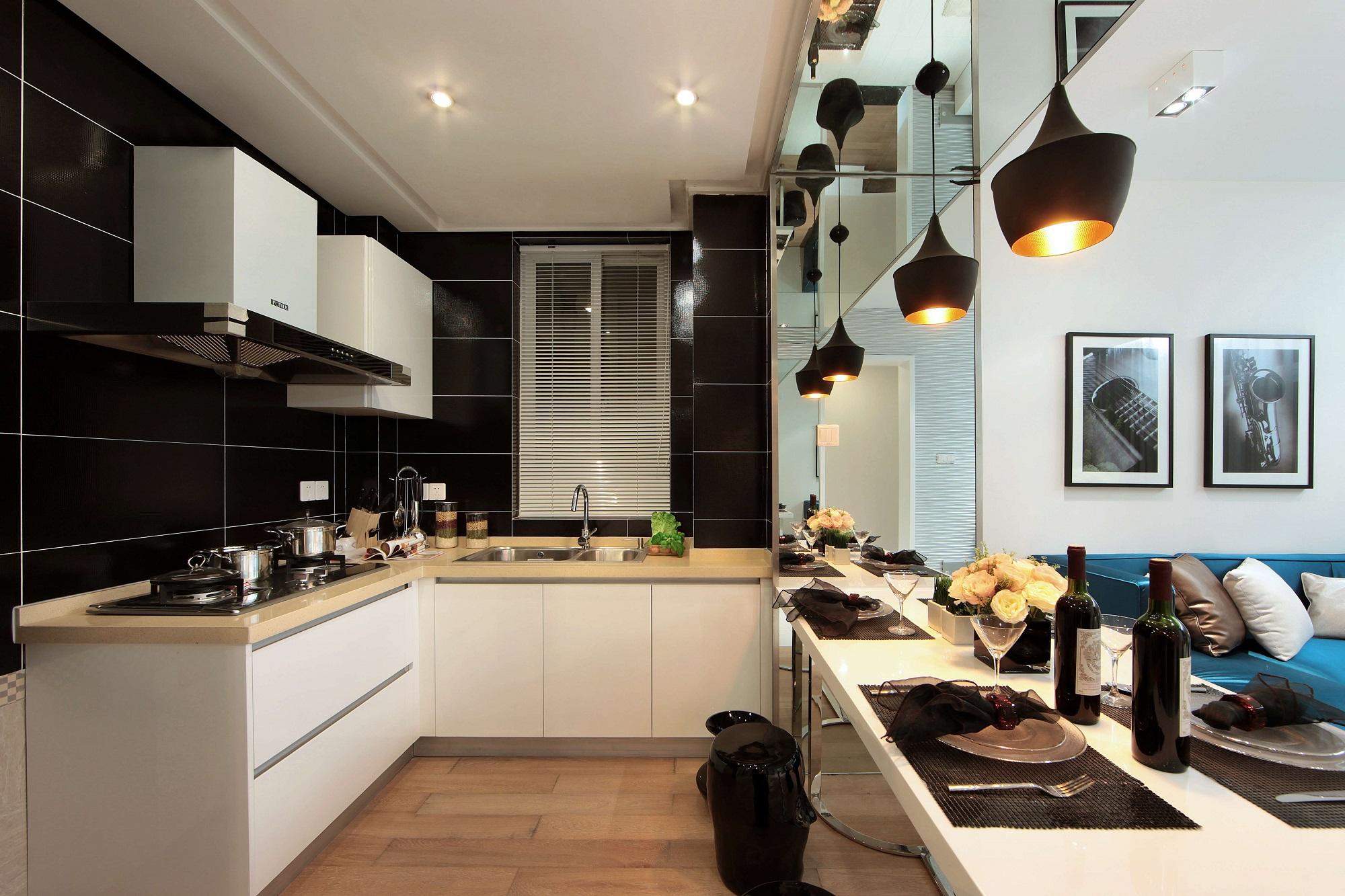 开放式厨房更适合小户型,自由且灵活,白色橱柜更加亮眼。