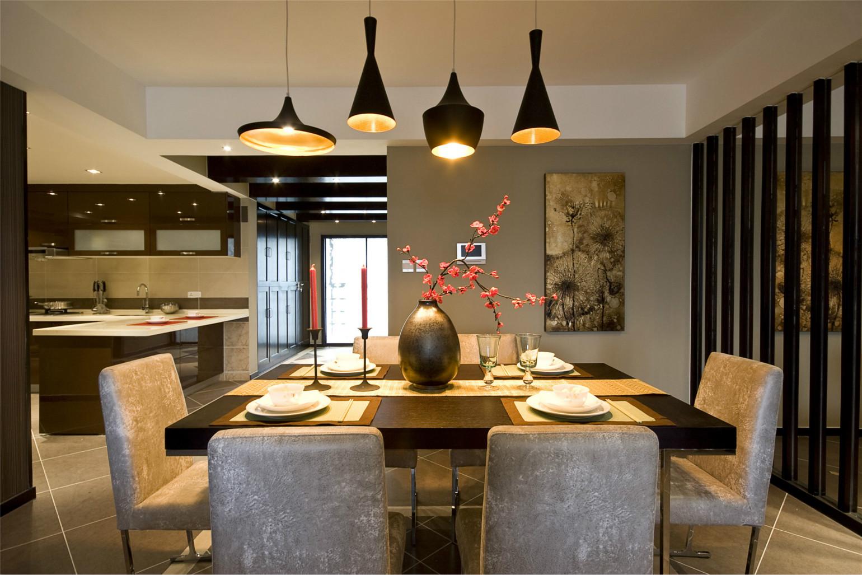 餐厅欧式家具沉稳大气,墙上的艺术画为用餐空间增添活力。