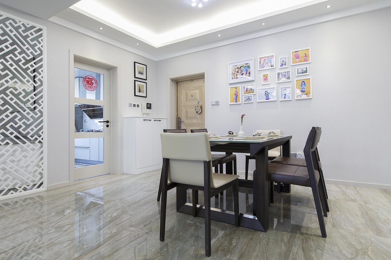 餐厅正对厨房方便用餐,深棕色餐座椅让整个空间更为沉稳,下班回家,一家人围在餐桌前吃饭,美食似乎更可口