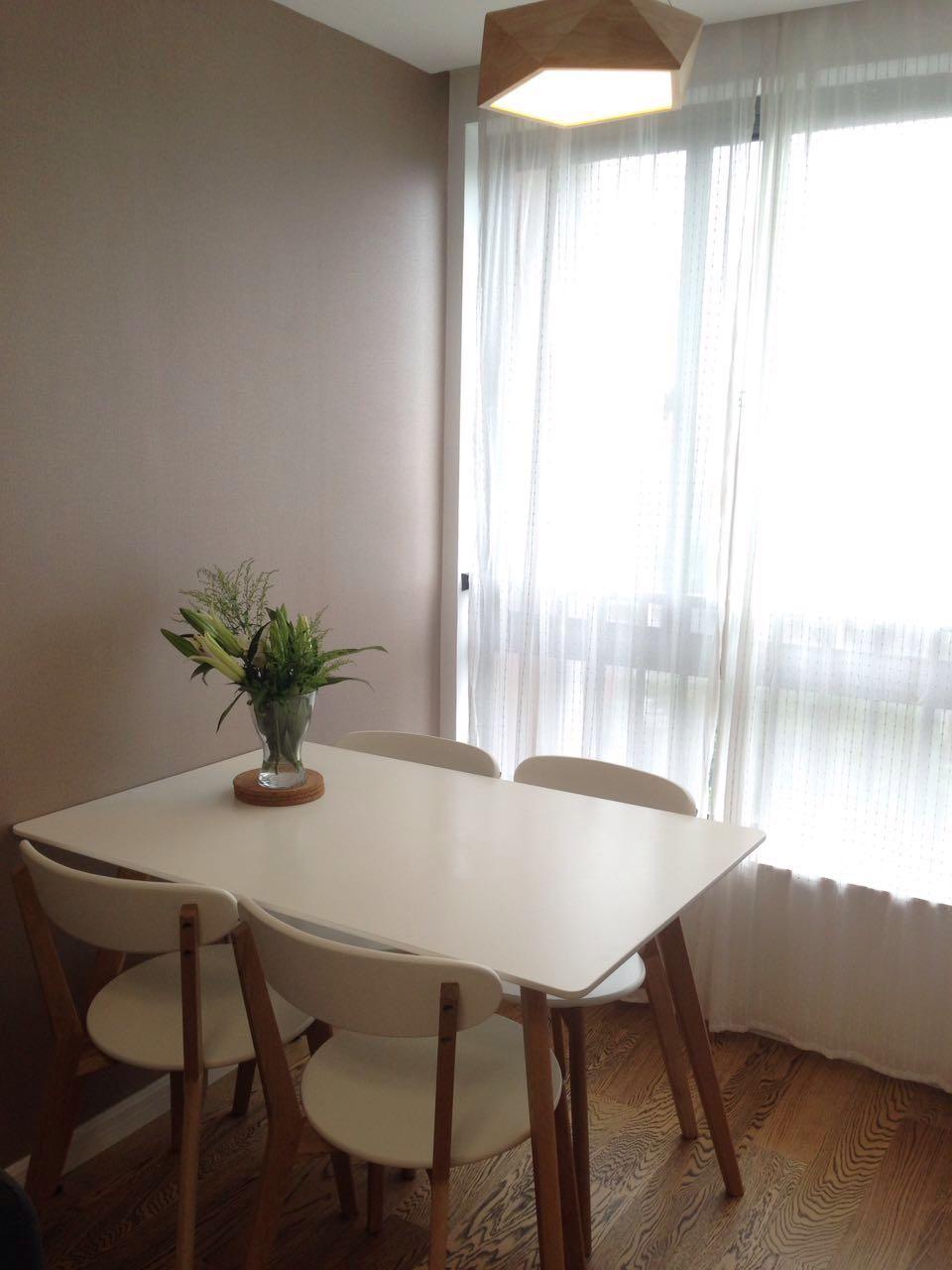 餐厅的吊灯很别致,几何形状、原木材质和餐桌看起来更像是一套组合。