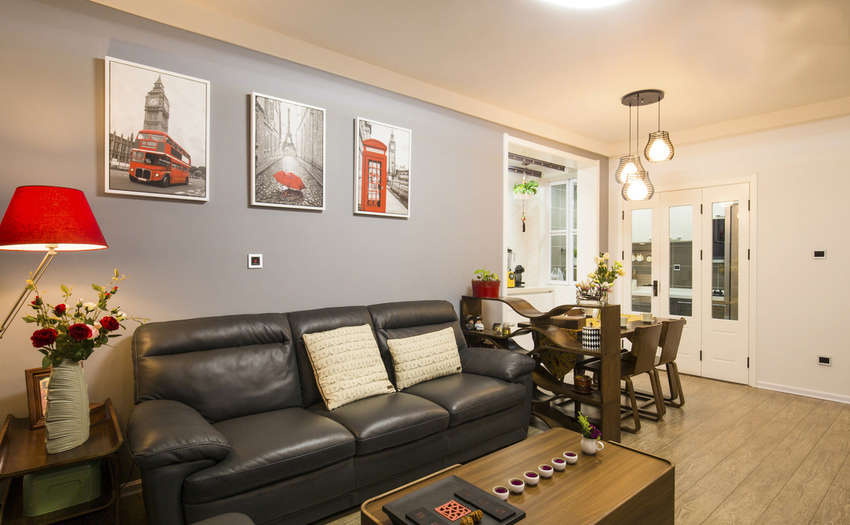 客厅的红黑搭配,体现在各种小细节上。在色彩上实现了客厅与餐厅的隔离。