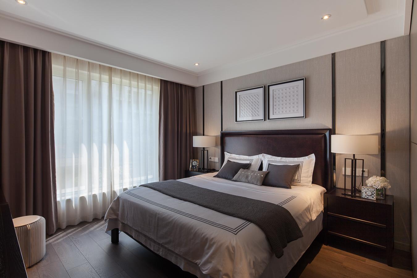 主卧空间较大但设计相对简单,不花哨但却能表现新中式风格的端庄与内敛。
