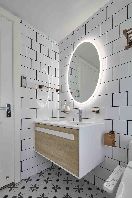 卫生间整体效果设计简单,镜面周围设计灯带,在白色空间中显得更加精致。