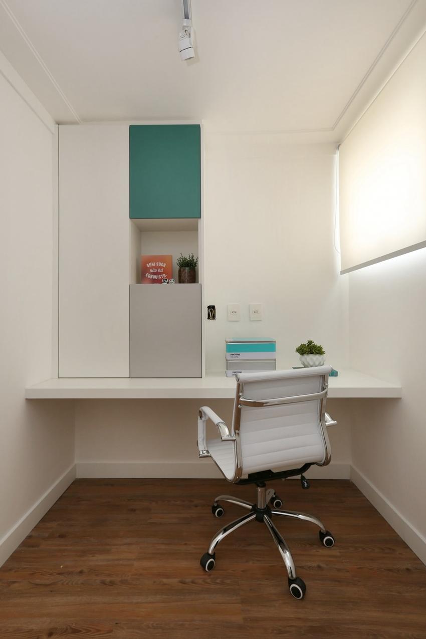 书房将简单发挥得淋漓尽致,一盏灯、一张椅、一面桌,在角落更显静谧。