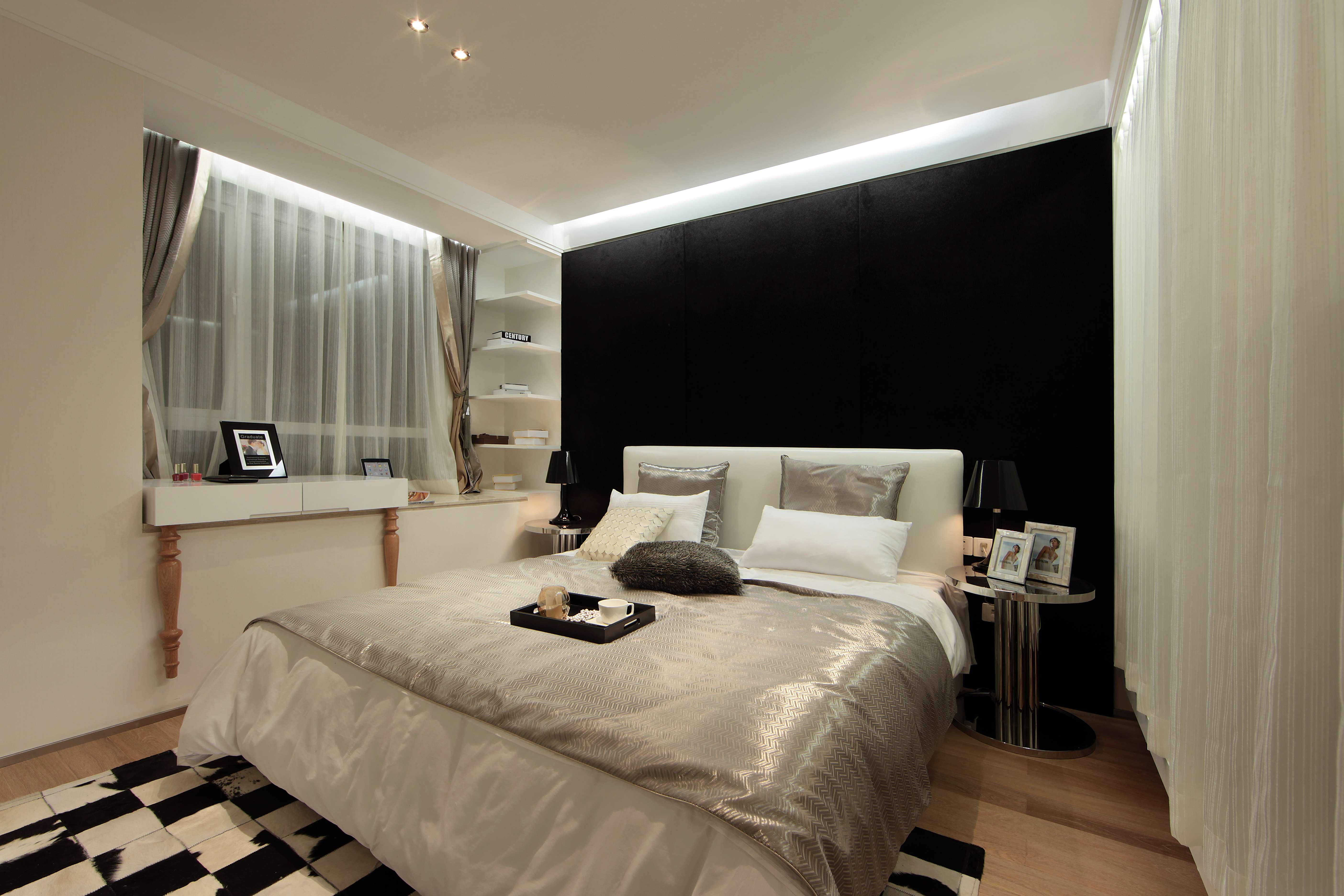 主卧色调与整体空间相呼应,黑色的床头背景墙让卧室层次分明。