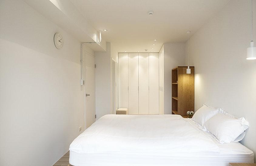 卧室里选择的木材的床,还有一个落地窗,阳光充足,采光和通风效果都很好,暖暖的很温馨舒适。