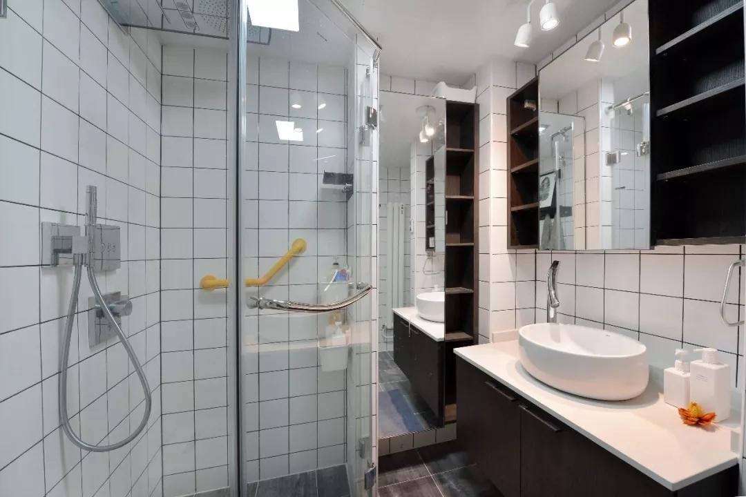 卫生间的收纳效果做得很好,使用镜面作为各种柜体门板,视觉感和储物两不误。