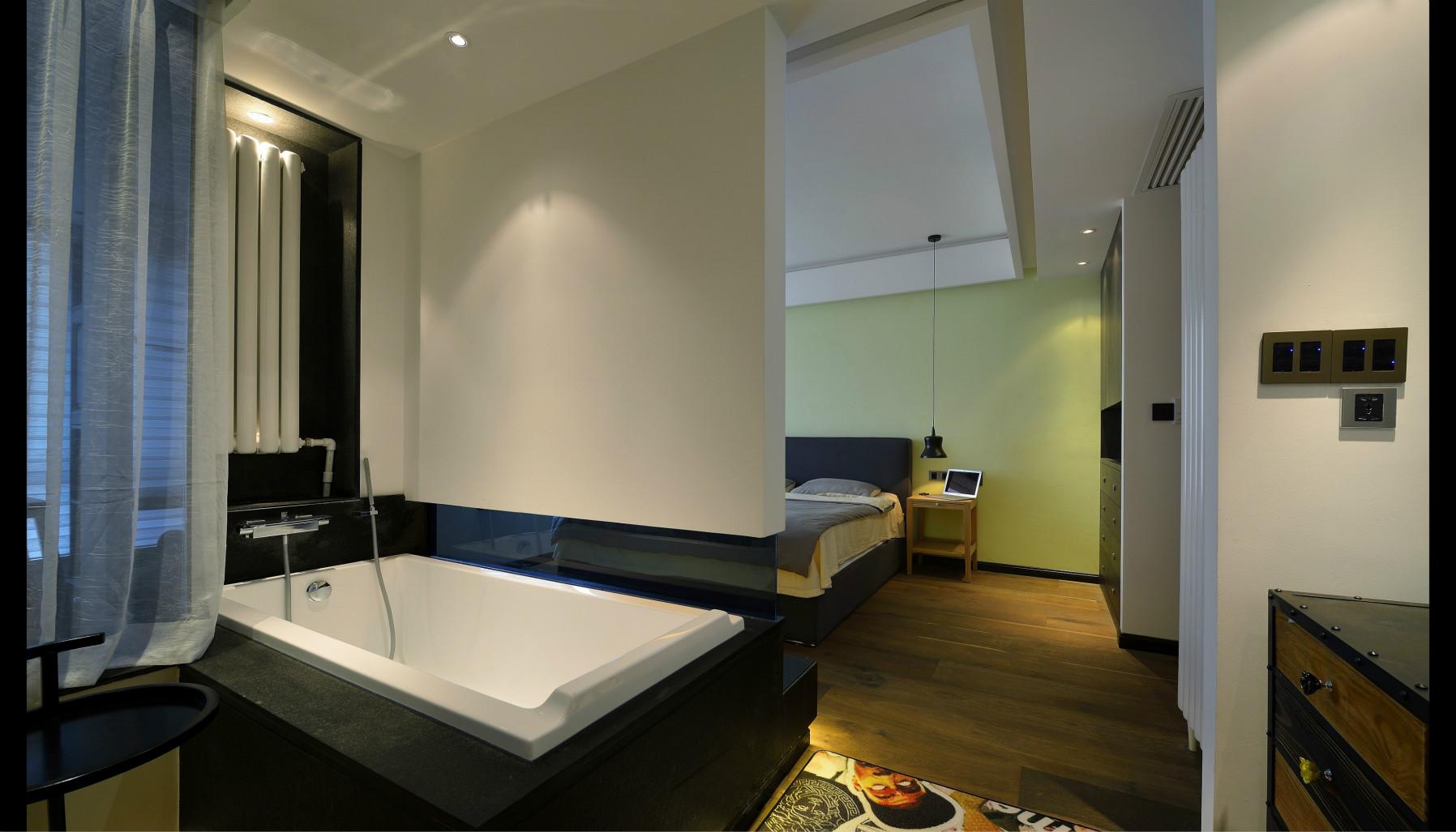 卫生间在室内,浴池和床用一堵墙分离,很是有创意