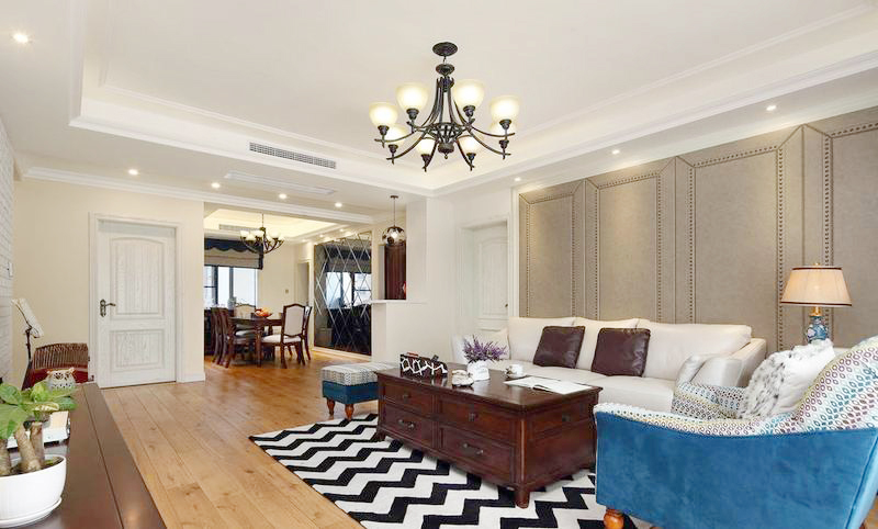 深色带着金属感的沙发背景墙增加了客厅的硬朗气质,简单的摆设留出了空间,让室内看上去空间更加大。