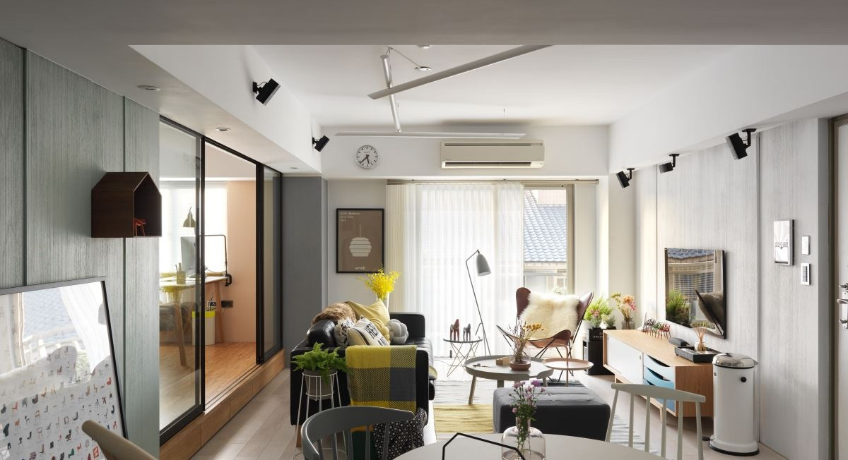 客厅采用原木与白色搭配,清新自然,整体的软装设计非常实用,而又不失品味。