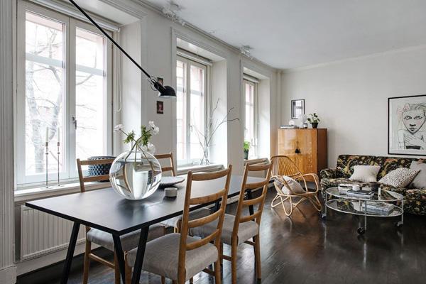 黑色染木地板与白色墙面成为对比,以中性色调为准则搭配丰富多彩的家具。