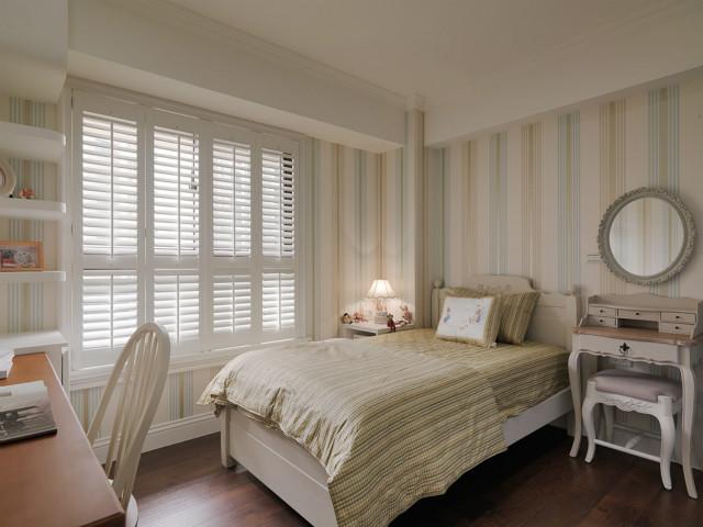 次卧跟主卧风格相似,条纹形式的背景墙搭配同色系床品,让空间充满质感。