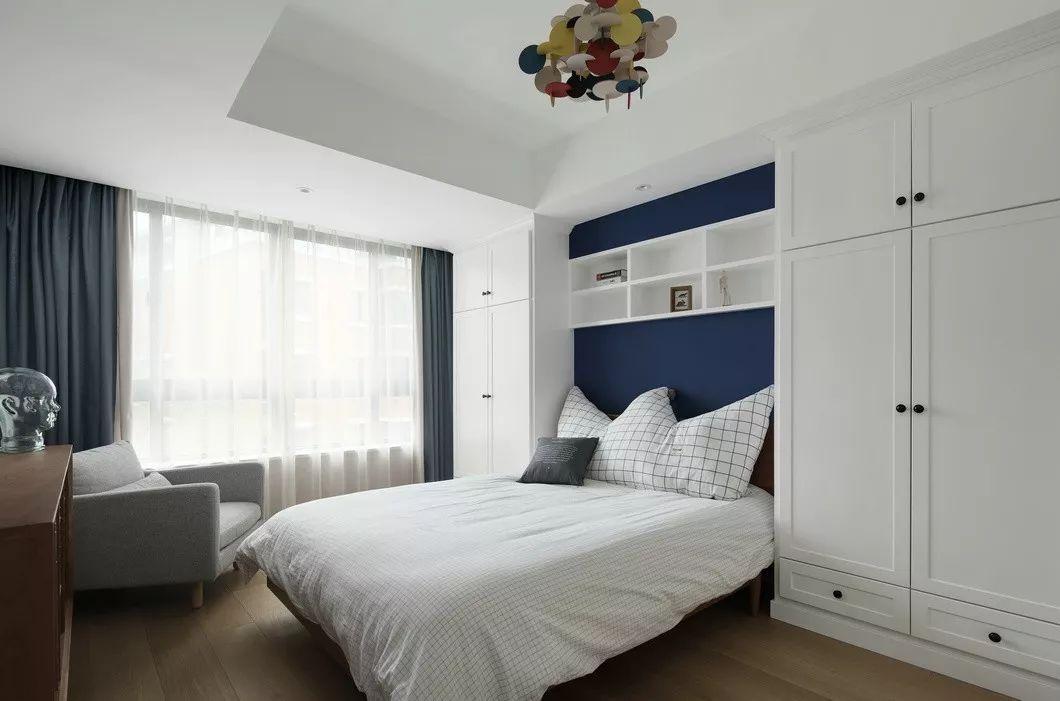 由于北墙是玻璃砖,所以在床头对称做了衣柜,便于储物,同时也起了一定的装饰效果。