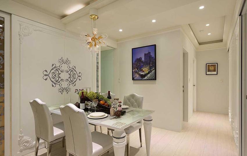 餐厅主题墙面框以立体线板为造型,而两侧对称喷砂玻璃,则分别为厨房出入动线,以及私人酒柜。