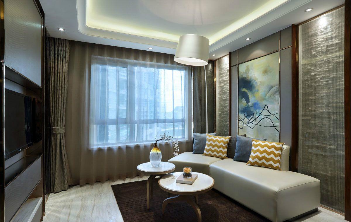 客厅灰色的窗帘,白色的皮艺沙发,茶几台面摆放着精致的小花,点缀着客厅的光鲜