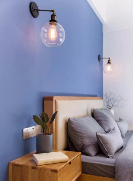 木纹理家具搭配纯灰床品,营造静谧舒适的就寝氛围。