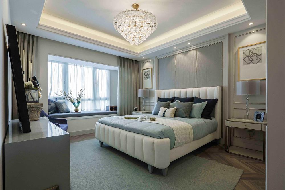 卧室背景墙使用少量装饰元素,突出流畅的特征,更加凸显出现代精致的睡眠空间。