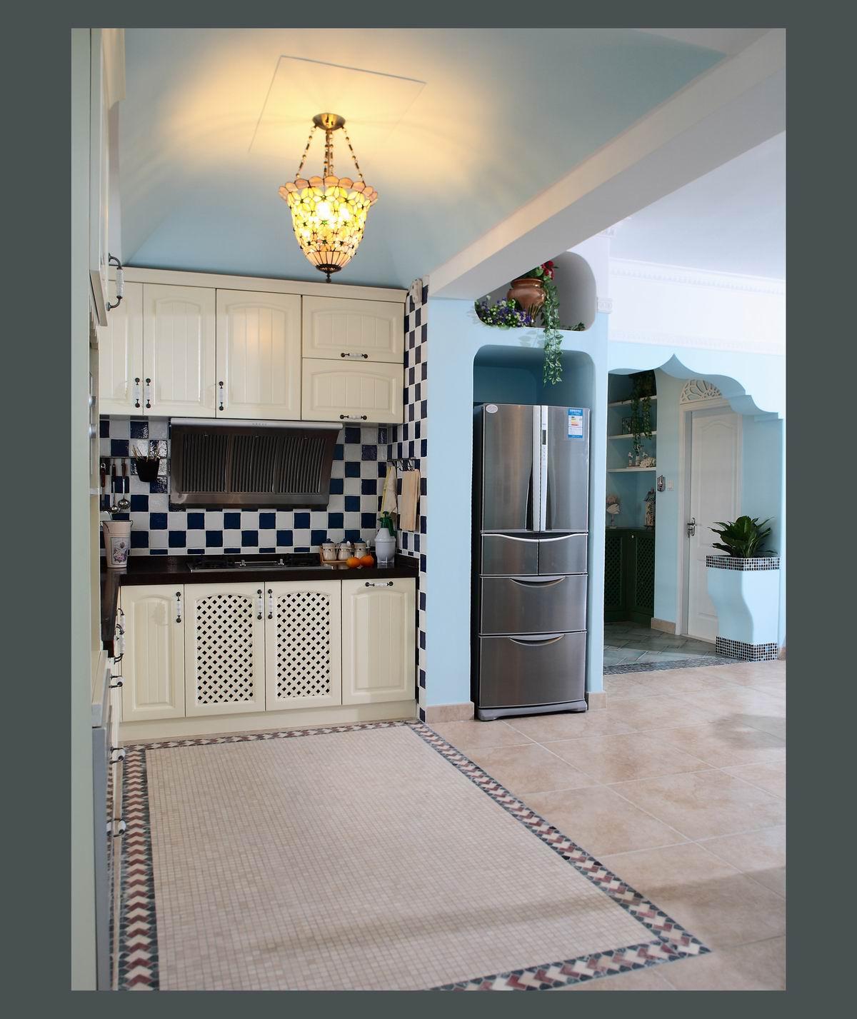 厨房宽敞而且干净,橱柜收纳充足,地砖颜色好看还耐脏。