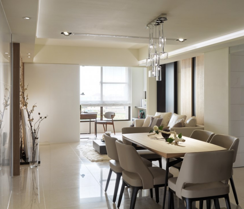 将餐厅位移至玄关入口,让客厅落于阳光灿烂之地;浅色的家居颜色可以让人心情舒畅。