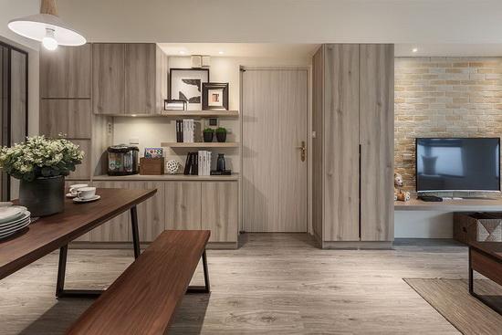 坪数不大的空间难有独立玄关,于是开放式空间内,在进门侧墙壁利用收纳柜无形定义出玄关。