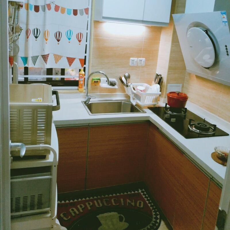厨房L型的橱柜,增加了储物空间。美味就在这里产生了。