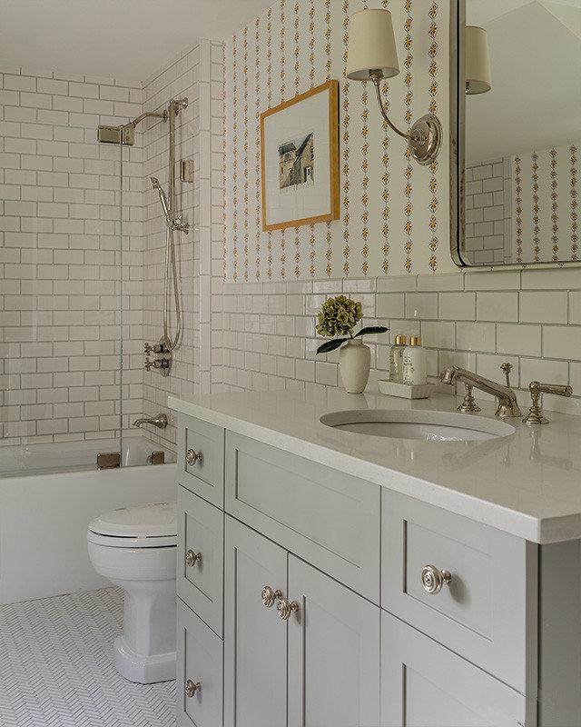 瓷砖与壁纸的搭配,使墙面更富层次感,浅色的卫生间会令主人感到清新。
