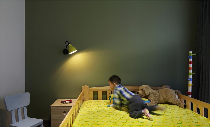 二楼原本尴尬的楼台改成了儿童房,绿与黄,充满生机与活力。
