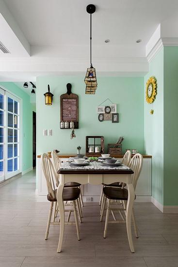 嫩绿色的墙面搭配美式乡村风格家具、彩绘玻璃灯具与复古街灯造型壁灯,以铁件勾勒出古典气质。