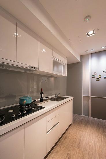 料理台墙面镶贴烤漆玻璃,在视觉上颜色形成呼应。
