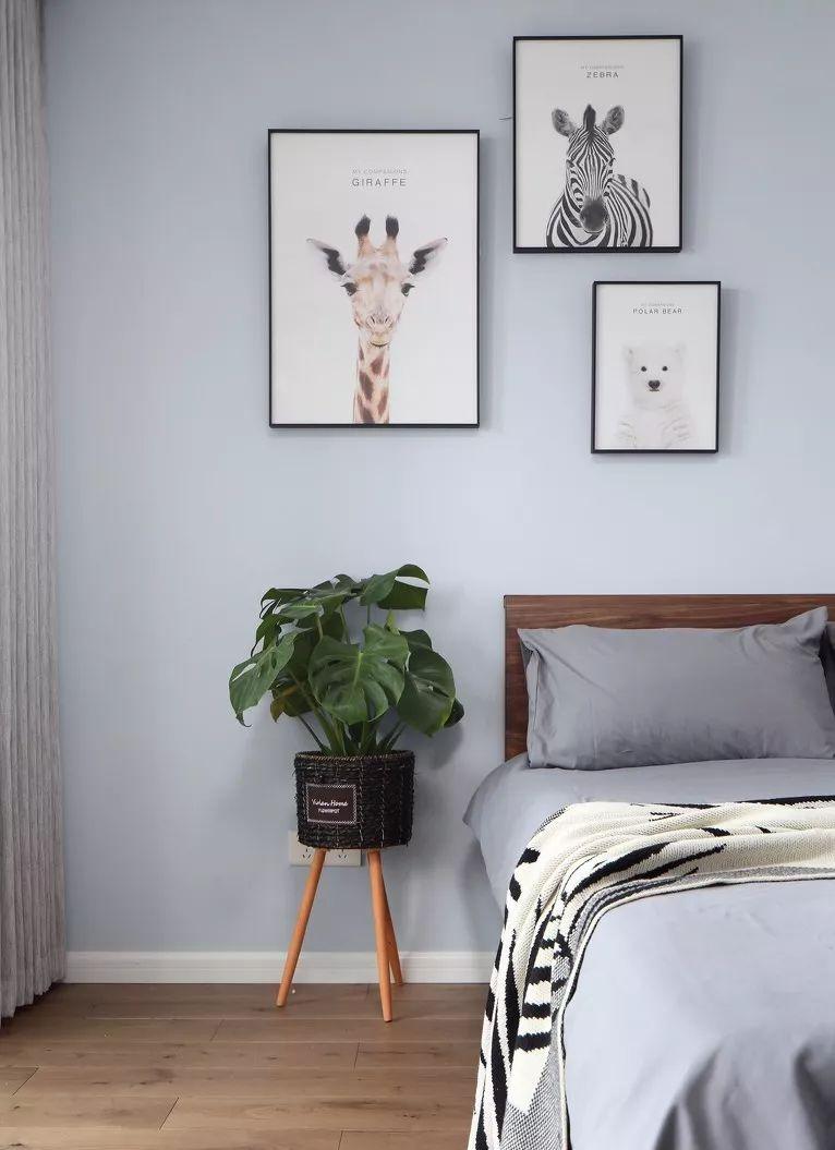 次卧室主要是老年人居住的房间,简单而不失风度的装饰,让整个空间清爽舒适。