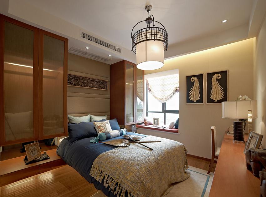 别具一格的在床头两侧设计的衣柜,视觉与实用兼顾。