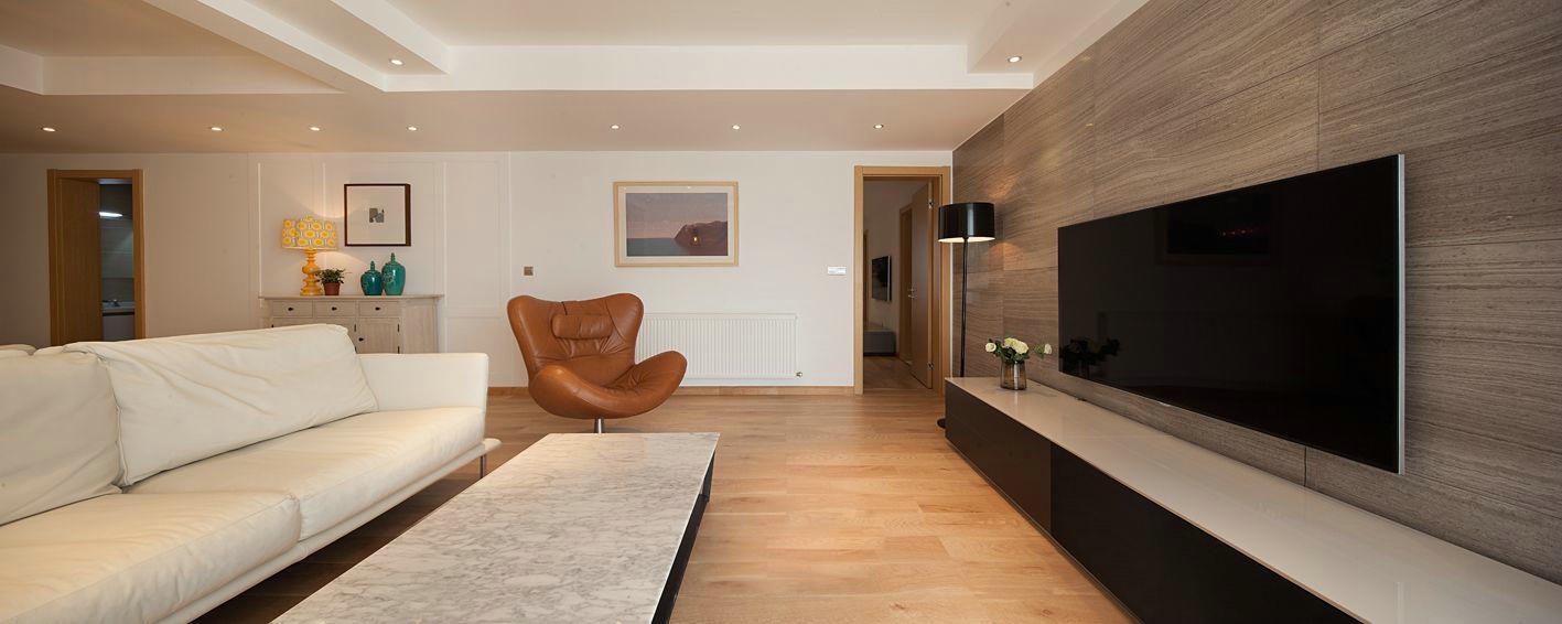客厅空间虽小,五脏俱全,材质与色彩选用上以时尚低调的木质地板与墙面的米白色漆为主,营造柔和之感。