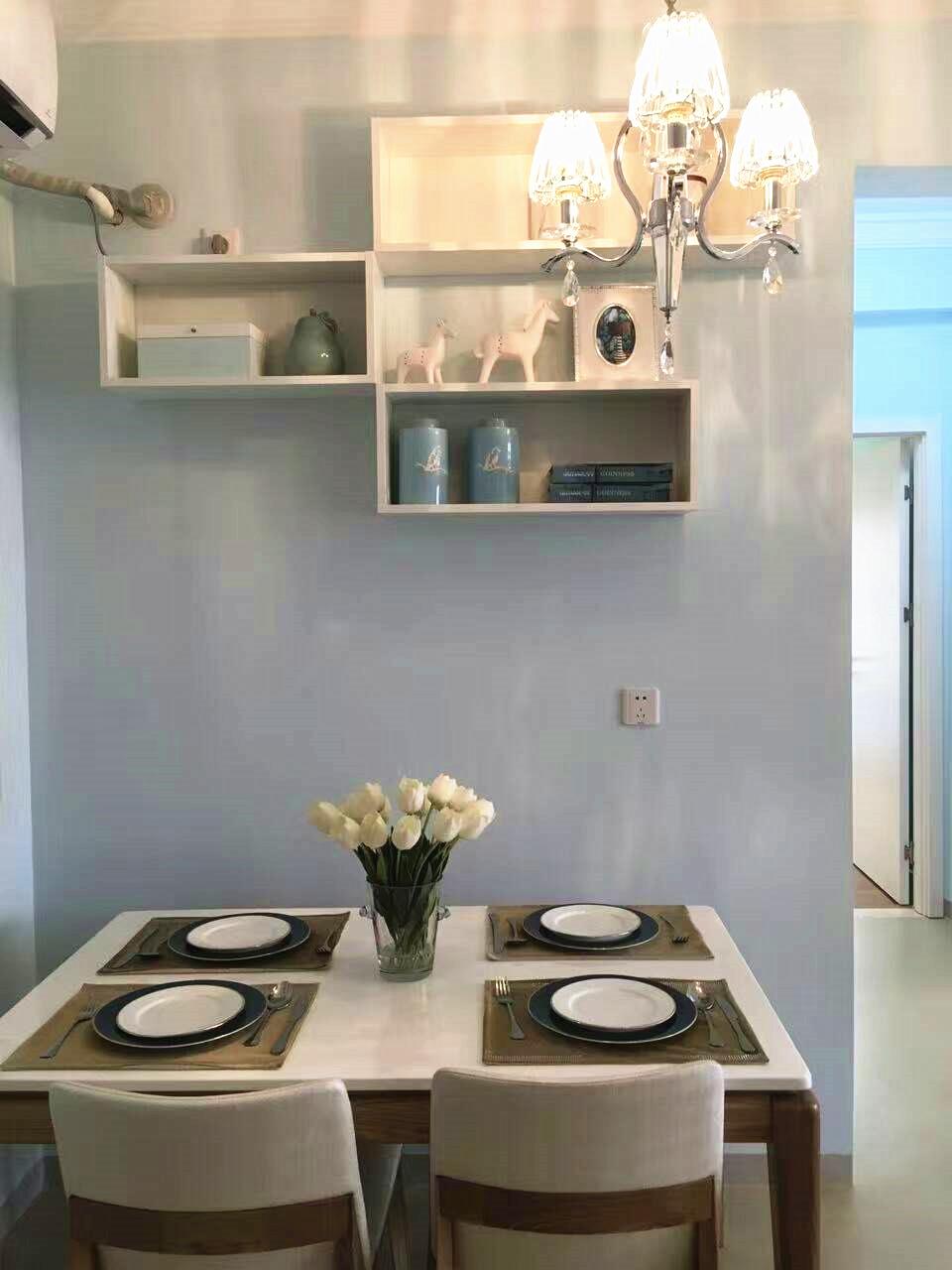 餐厅的一面背景墙被刷上淡淡的蓝色,塑造出优雅内敛的用餐环境。