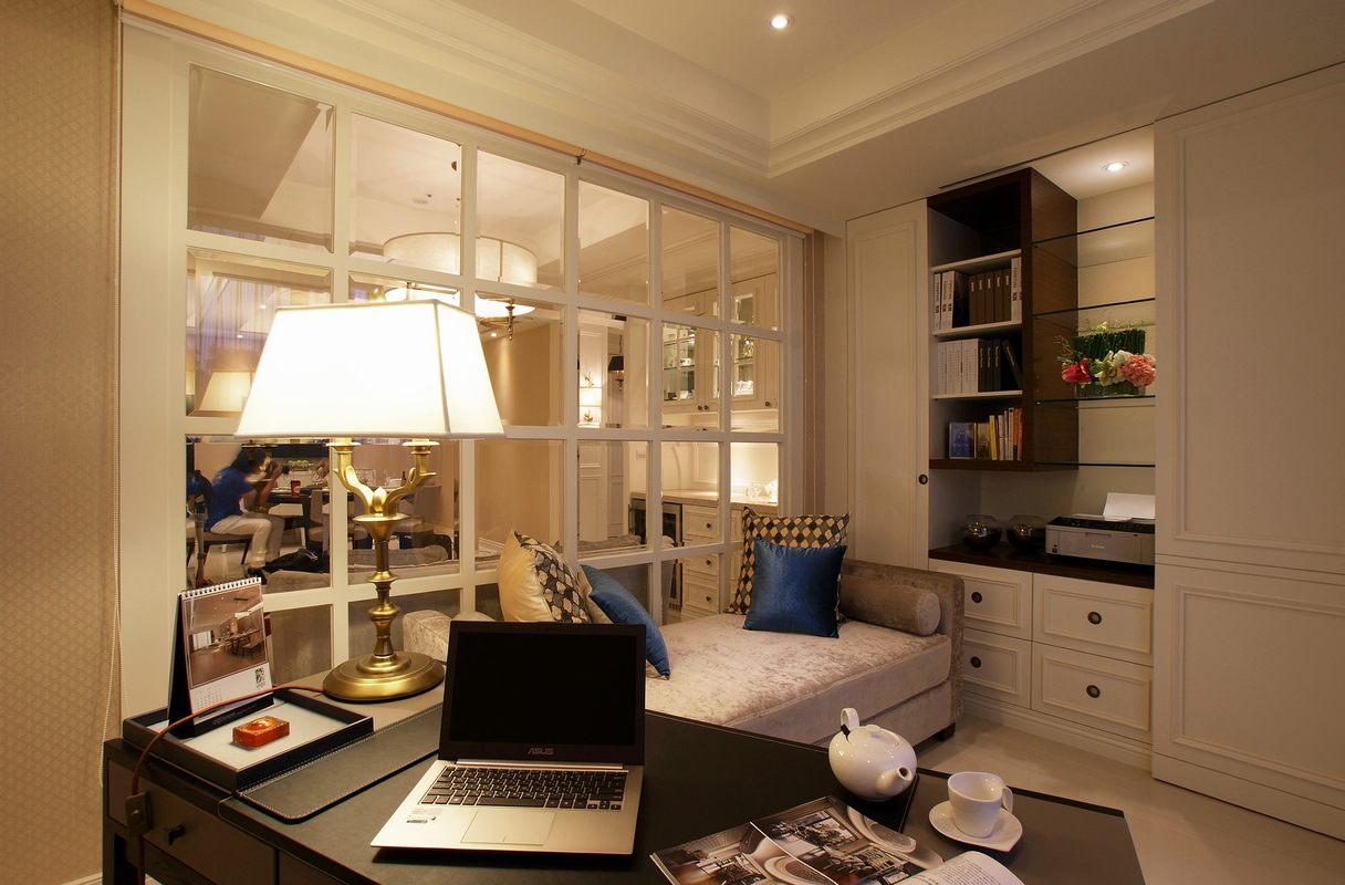 独立书房设计,旁边设有建议沙发,读书累了可以躺下来休息一下,非常方便哦。