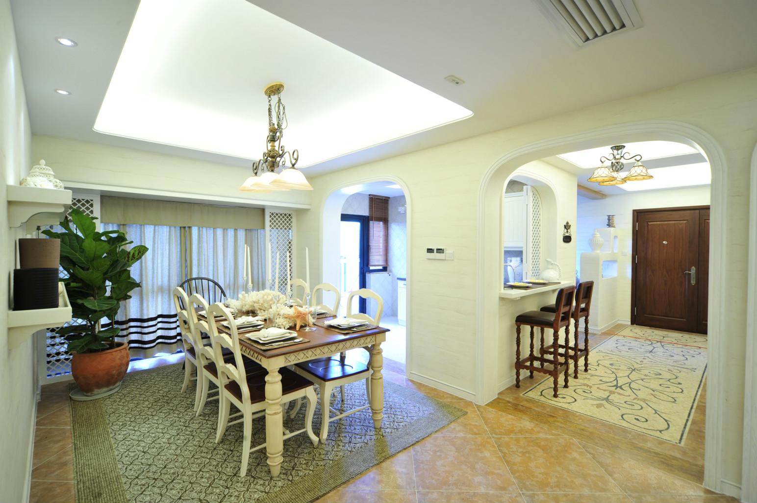 餐桌以白色外喷漆的四柱原木为框,搭配棕色原木面,很是简约自然。
