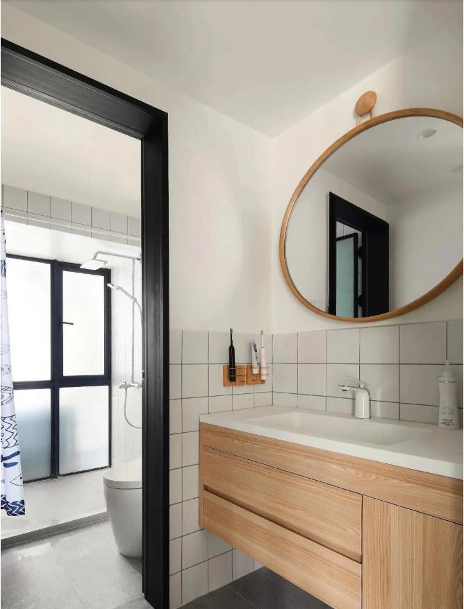 卫生间采用三式分离设计,层次分明,洗手池外移设计,为室内带来了更多的使用面积。