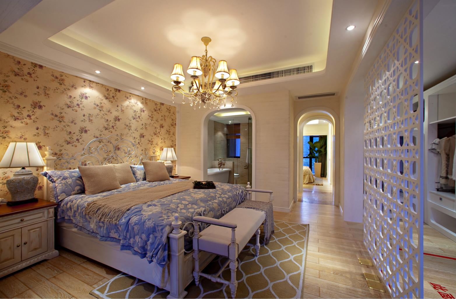主卧豪华感,以温馨和舒适为主,比较简单,采光很好,家具都是原木的家具,富有自然气息。