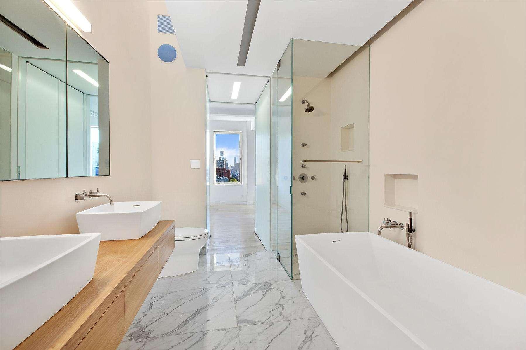 卫生间淋浴区用玻璃隔成,干湿分离,透气又美观。
